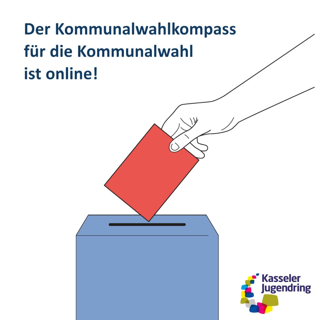 """Auf diesem Bild ist eine Hand zu sehen, die einen Wahlumschlag in eine Urne wirft. Auf dem Bild ist zu lesen """"Der Kommunalwahlkompass für die Kommunalwahl in Kassel ist online!""""."""